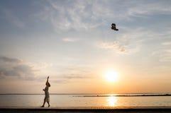 跑与风筝的妇女 库存图片