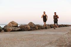 跑两个年轻健身的人户外 免版税库存图片