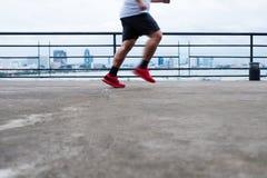 跑为丢失的重量,在左鞋子的选择聚焦的一个人 免版税库存图片