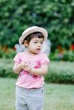 跑为乐趣的小女孩在庭院里 免版税库存图片