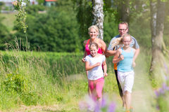 跑为更好的健身的家庭在夏天 免版税库存照片