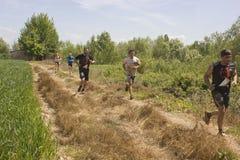 跑人的室外在一个领域在托斯卡纳 免版税图库摄影