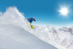 跑人的滑雪者下坡 库存照片