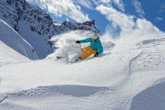 跑人的滑雪者下坡 免版税库存照片