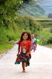 跑充满喜悦的越南孩子 库存图片