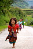 跑充满喜悦的越南孩子 免版税库存照片