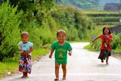 跑充满喜悦的越南孩子 库存照片