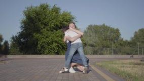 跑到他的姐姐和拥抱她的小男孩在夏天公园 户外休闲 之间友好的联系 股票录像