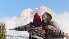 跑到山的两年轻女人 愉快地跳跃和拥抱 影视素材