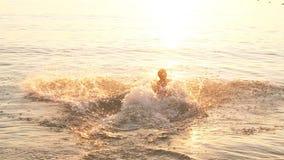 跑到海的十几岁的男孩从海滩,慢动作 影视素材