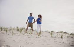 跑到海滩 免版税库存图片