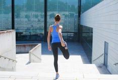 跑台阶的年轻人、适合和运动的女孩 健身,体育,都市跑步和健康生活方式概念 免版税库存照片