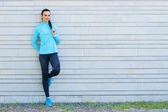跑台阶的年轻人、适合和运动的妇女 健身,体育,都市跑步和健康生活方式概念 库存照片