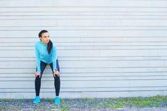 跑台阶的年轻人、适合和运动的妇女 健身,体育,都市跑步和健康生活方式概念 免版税库存图片