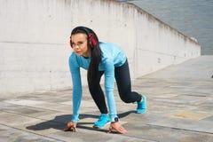 跑台阶的年轻人、适合和运动的妇女 健身,体育,都市跑步和健康生活方式概念 免版税库存照片