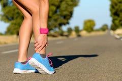 跑和体育脚腕扭伤伤害 免版税库存照片