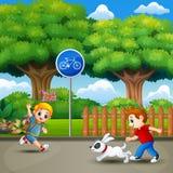 跑和使用在城市公园的愉快的孩子 向量例证