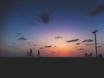 跑和循环在日落 库存照片