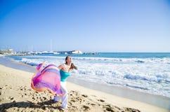 跑在海滩的女孩 免版税库存图片