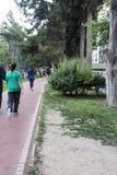 跑和走在走道的人们 库存照片