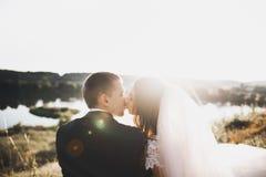 跑和跳跃在公园的新婚的夫妇,当握手时 免版税库存照片