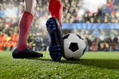 跑和滴下在足球场的行动的足球运动员参加比赛 库存照片