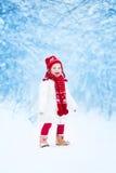 跑在一个多雪的公园的小女孩 免版税图库摄影