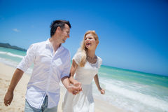 跑在一个沙滩的夫妇 图库摄影
