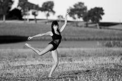 跑在一个领域的优美和性感的模型在夏天 免版税库存照片