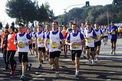 跑在一场半马拉松的人们 库存图片