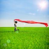 跑在一条农村路的少妇在夏天领域的日落 生活方式炫耀自由背景 免版税库存照片