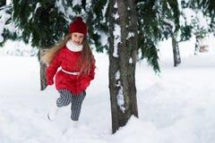 跑在一棵树下的美丽的女孩在冬天 库存照片