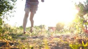 跑在与光秃的feets的地面上的儿童女孩 股票视频