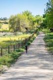 跑在乡下公路下 免版税图库摄影