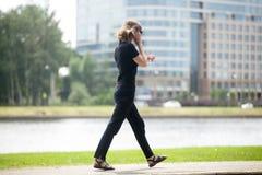 跑在会议和打电话的女商人 免版税库存照片