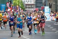 跑在伦敦马拉松的许多人 伦敦英国 库存照片