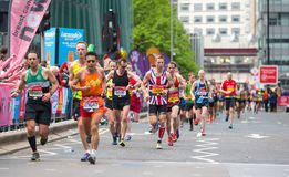跑在伦敦马拉松的许多人 伦敦英国 图库摄影