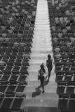 跑在体育场台阶的两个女运动员 免版税库存照片