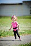 跑在体育场照片的逗人喜爱的女孩 免版税库存图片