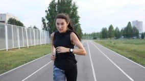 跑在体育场的女孩的慢动作室外 股票视频