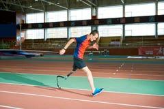 跑在体育场的有残障的运动员 免版税库存照片