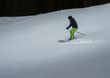 跑在倾斜的滑雪者 库存图片