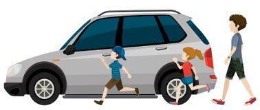 跑在停放的车附近的孩子 图库摄影