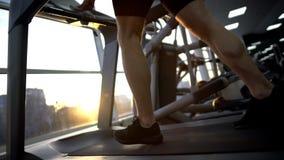 跑在健身房的踏车的运动员人,做准备在锻炼前,健康 免版税库存照片