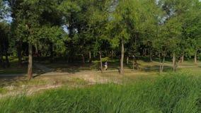 跑在公园户外遥远的计划的妇女 影视素材