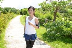 跑在公园的妇女 免版税图库摄影