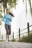 跑在公园的少妇 免版税库存照片