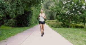 跑在公园的快乐的妇女 股票录像