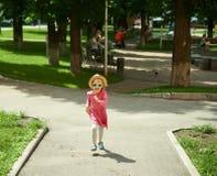 跑在公园的愉快的逗人喜爱的小女孩 幸福 免版税图库摄影