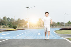 跑在公园的肥胖肥胖男孩 免版税库存图片